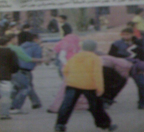 مراهقين وقصر تجمعوا حول الفتيات للتحرش