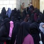 مظاهرة لطالبات جامعة القاهرة المنتقبات بسبب منعهن من دخول الامتحان بالنقاب