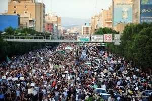 الشرطة الايرانية تشتبك مع طلاب جامعة طهران في احتفالات ذكرى يوم الطالب