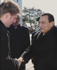 نظيف يتولى مهام الرئاسة لحين عودة الرئيس مبارك |فيديو
