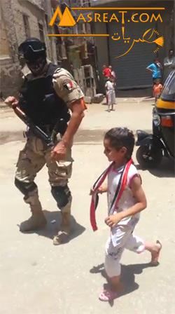 بالفيديو اميرة تلاحق ضابط جيش في المنيا لانه يشبه السيسي